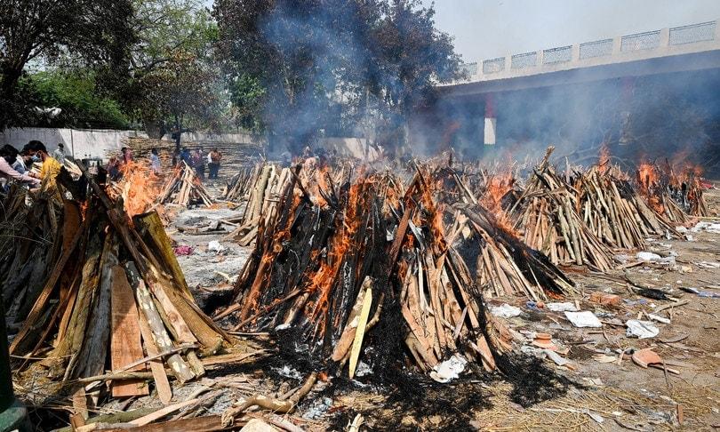 india-morti-covid-cadaveri-bruciati-agi